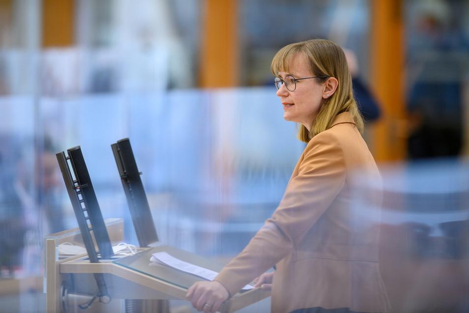 Eva von Angern, Fraktionsvorsitzende der Linken im Landtag von Sachsen-Anhalt, spricht im Plenarsaal.