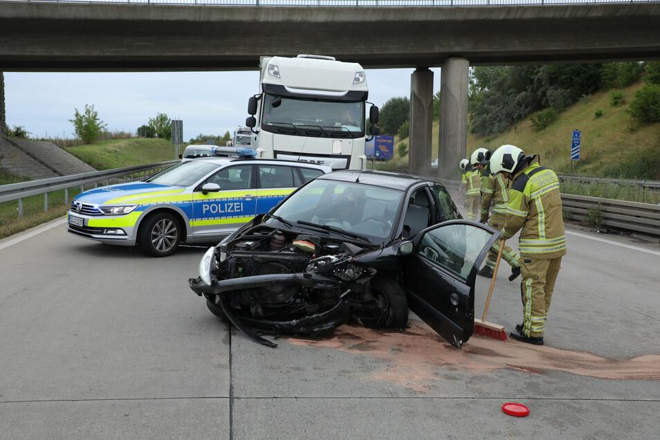 Auf der A 17 geriet am Dienstagmorgen ein Peugeot ins Schleudern und prallte gegen die Mittelleitplanke.