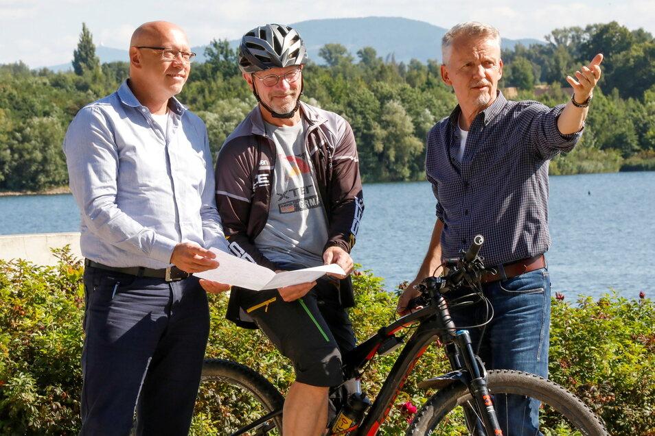 Hier geht's lang: MGO-Chef Olaf Franke, O-See Challenge-Chef Klaus Schwager und Olbersdorfs Bürgermeister Andreas Förster (v. l.) besprechen die Wegführung der Gravel-Bike-Route.