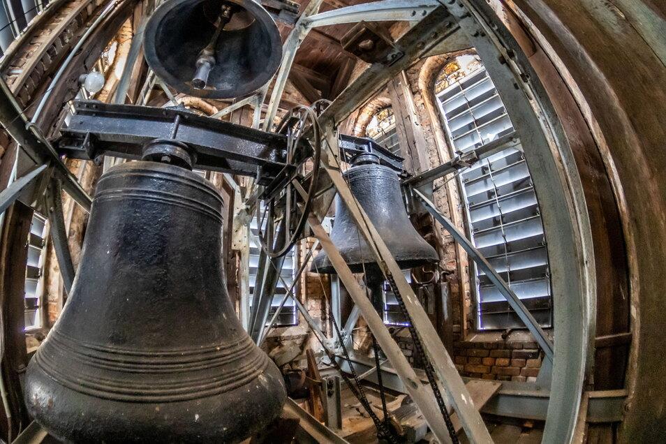 Zu Ostern bleibt die große Glocke (im Vordergrund) stumm. Geläutet werden nur die beiden kleineren Glocken. Ansonsten besteht die Gefahr, dass der Glockenstuhl noch mehr Schaden nimmt. Er wurde notdürftig repariert.