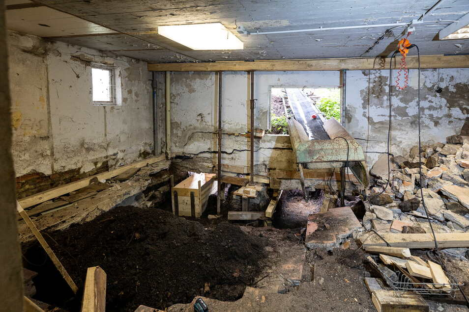 Im Inneren des Anbaus ist der Schaden deutlich zu sehen: Unter dem Fundament gähnt ein Loch.