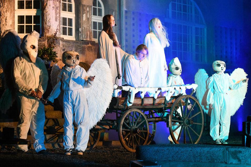 Phantasievolle Masken und Kostüme machen die Inszenierung auf der Terrasse der Villa Thiele zu einem Fest für die Augen.