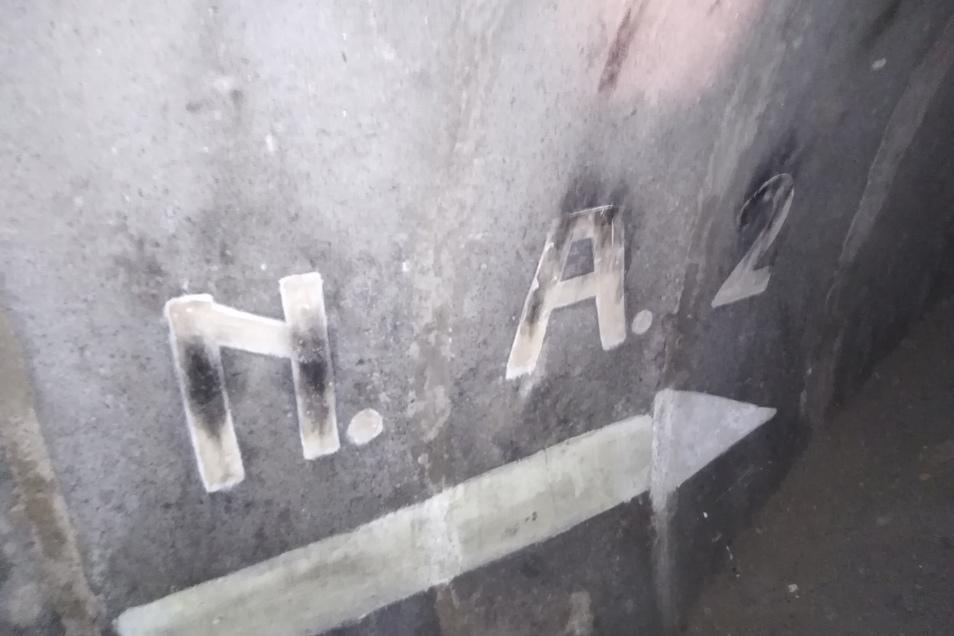 Hinweisbuchstaben an den Wänden führen zu Notausgängen.