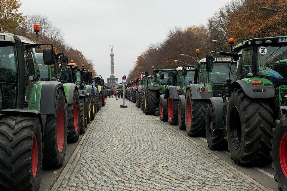 Die Trecker aus der Oberlausitz reihten sich bei der großen Demo in die Traktorenschlangen rund um das Brandeburger Tor und die Siegessäule mit ein.