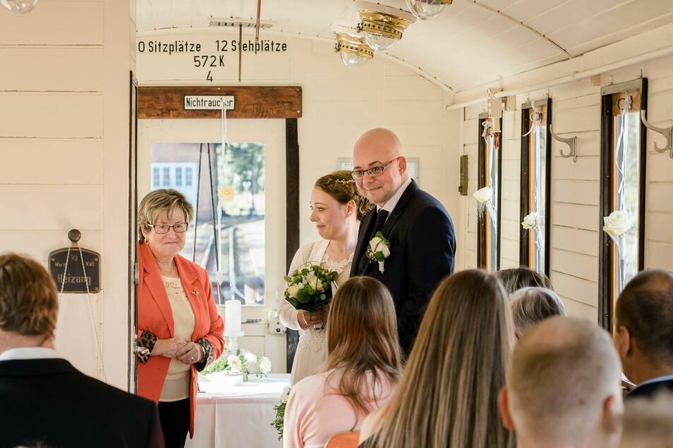 Christin und Christian Tessmann geben sich das Ja-Wort im Hochzeitswaggon der Zittauer Schmalspurbahn am Bahnhof Bertsdorf