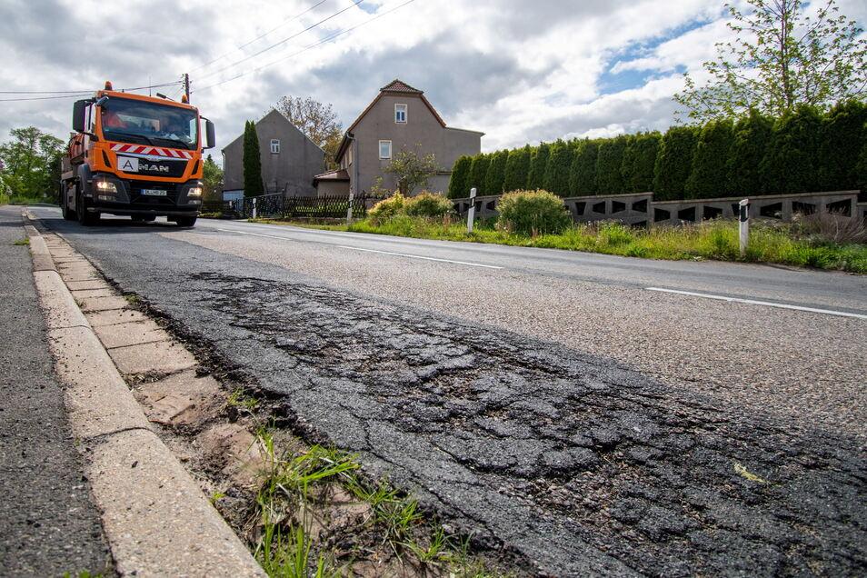 Die S34 bröckelt, zumindest im Leisniger Ortsteil Fischendorf. Deshalb will das Landesamt für Straßenbau und Verkehr die Fahrbahn im Sommer erneuern lassen - allerdings nur auf einem Teilstück.
