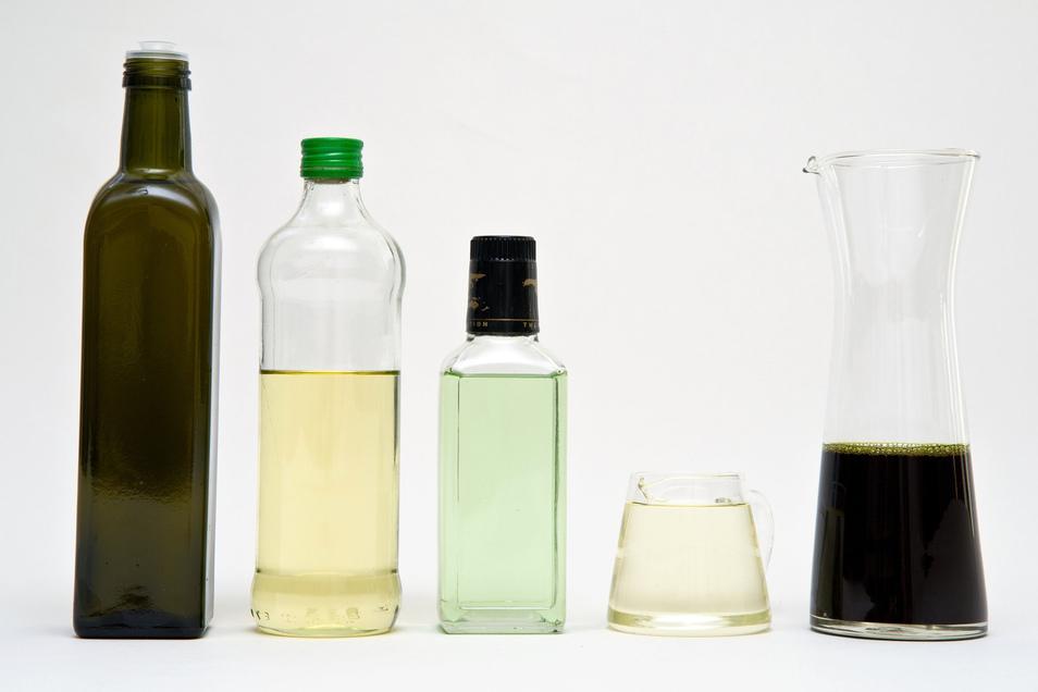 """Traubenkernöl (Mitte), Erdnuss- oder Kürbiskernöl (rechts), Oliven- oder Raps-Öl (links) - alle diese Produkte liefern dem Körper """"gute"""" Fettsäuren."""