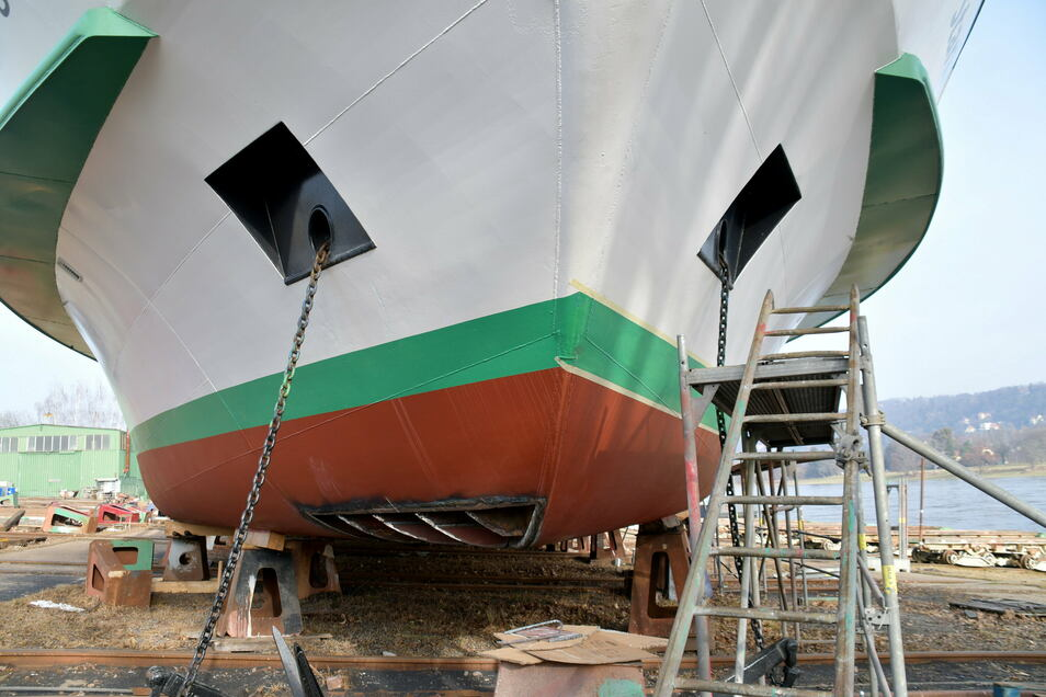 """Am Bug vom Salonschiff """"August der Starke"""" müssen noch neue Bodenplatten eingesetzt werden."""