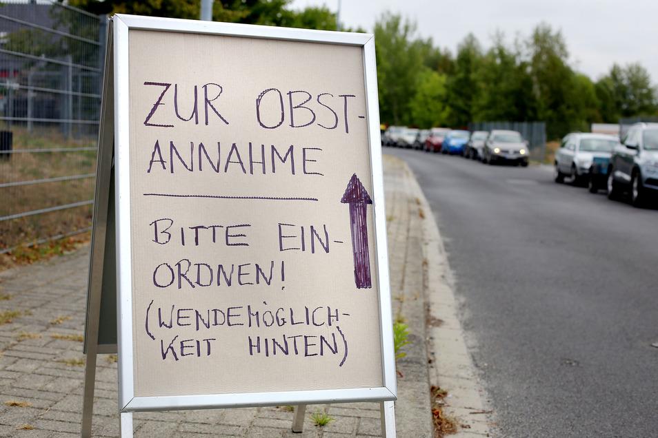 Vor der Kelterei in Arnsdorf bilden sich zur Zeit der Apfelernte oft lange Autoschlangen.  Im August 2018 kam es zu einem folgenschweren Vorfall.