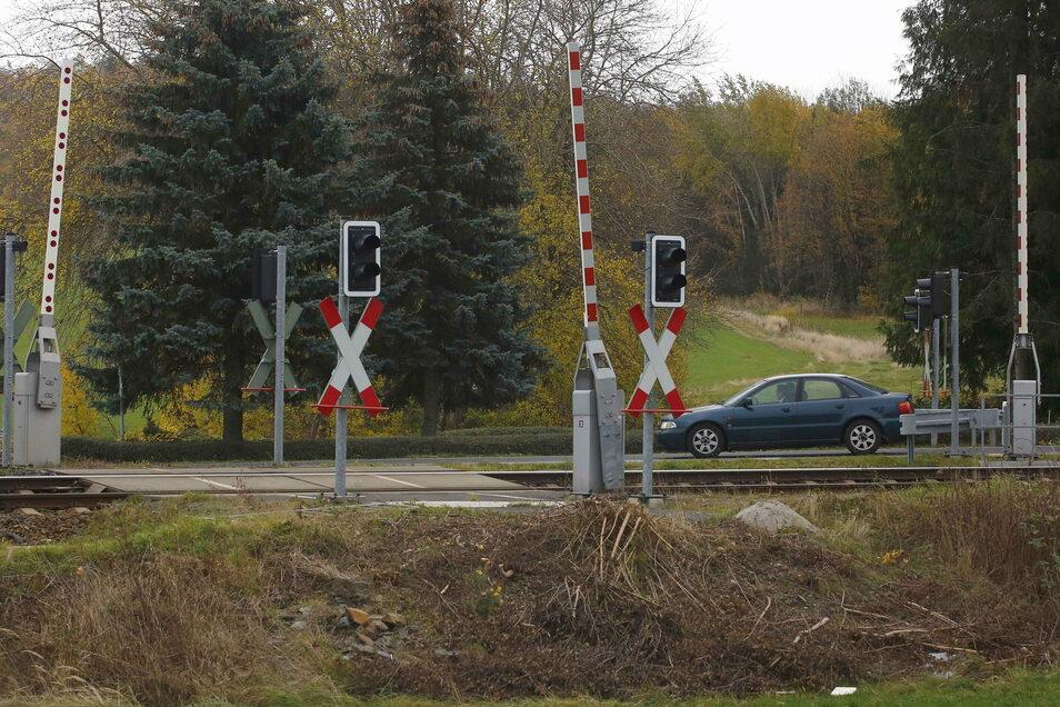Der Bahnübergang für Radler zwischen Bischheim und Gelenau bei Kamenz. Der Fahrradüberweg wartet seit zehn Jahren auf den Anschluss