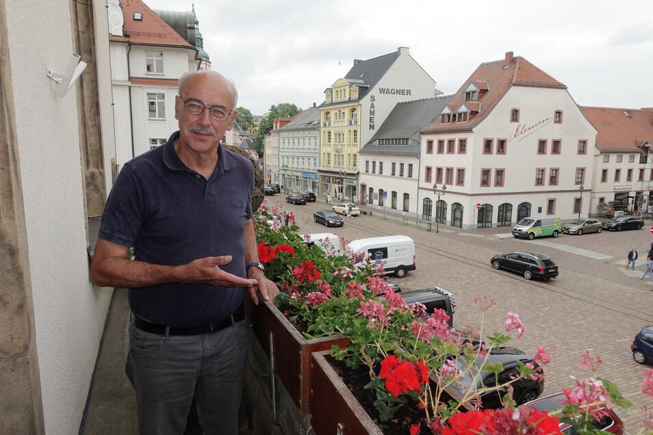 Stadtrat Lothar Schmidt ist Vorsitzender des neuen Seniorenbeirats. Er wünscht sich mehr Grün in der Stadt. Auf dem Rathausbalkon findet er es schon.