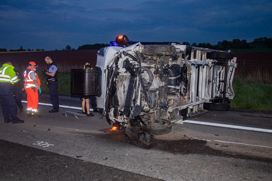 Der Transporter kippte auf die Seite und blockierte die Autobahn zwischen Uhyst und Salzenforst.