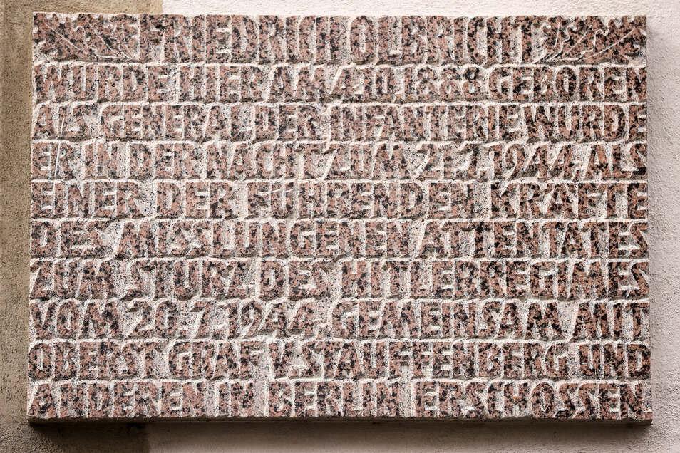 Eine Tafel mit Informationen hängt am baufälligen Geburtshaus von Friedrich Olbricht.