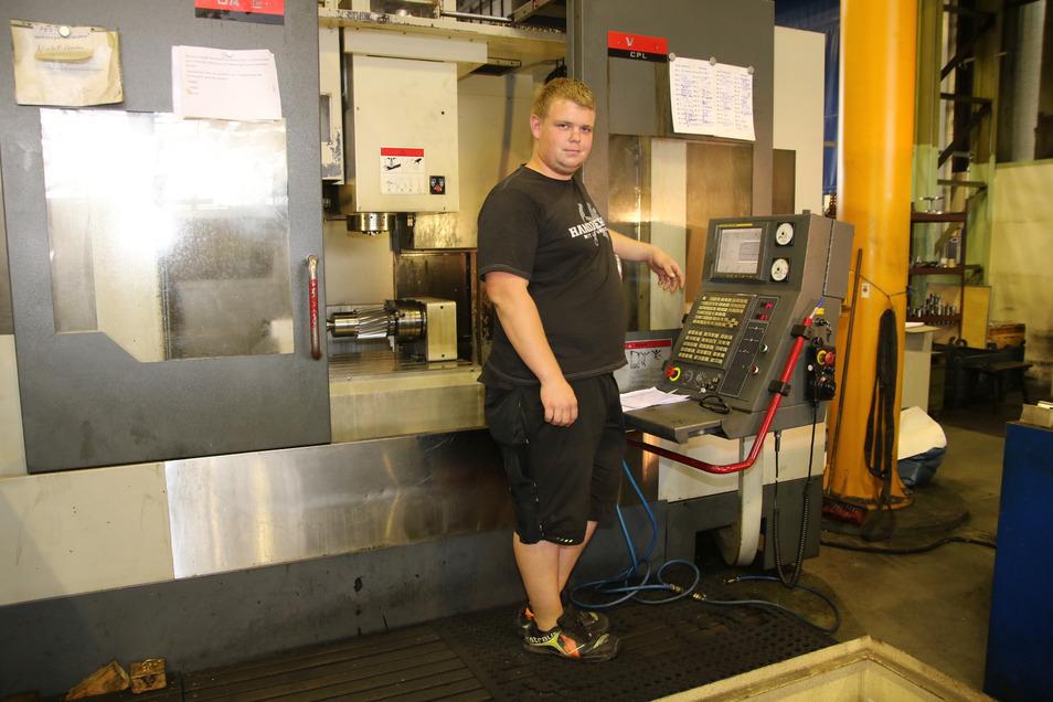 Philipp Zosel, hat bei der C.H. Schäfer Getriebe GmbH in Ohorn bis Februar 2019 Zerspanungsmechaniker gelernt. Jetzt arbeitet er hier als Bediener und Einrichter an senkrechten Bearbeitungszentren.