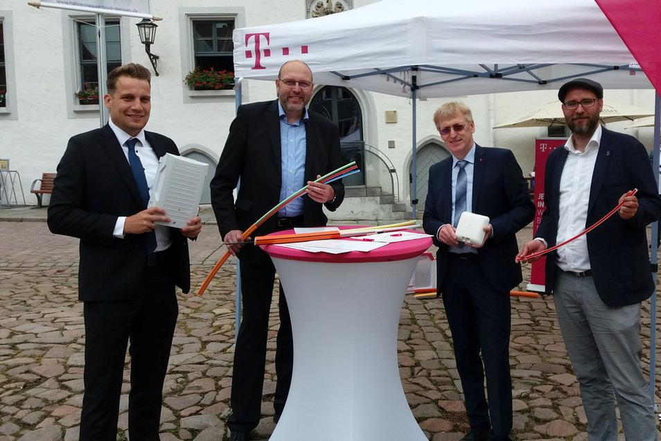 Projektleiter Eric Fritsch, OB Olaf Raschke, Telekom-Regiomanager Kai Gärtner und Meißens Wirtschaftsförderer Martin Schuster (v.l.n.r.) informierten am Donnerstag auf dem Markt zum Ausbau des Glasfasernetzes in Meißen.
