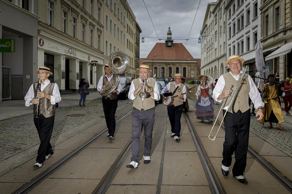 Zum Altstadtfest-Spaziergang am Freitag spielte die Dixie-Constellation aus Jelenia Gora auf der Berliner Straße.