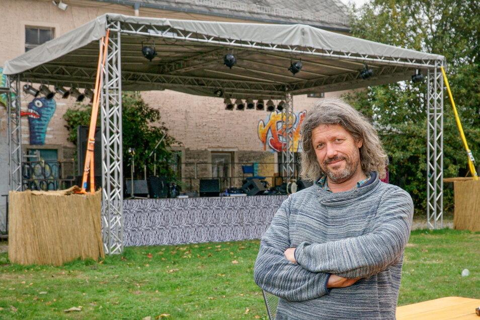 Heiko Düring betreibt in Bischofswerda den Eastclub. Für Open-Air-Veranstaltungen hat er jetzt eine neue Bühne besorgt.