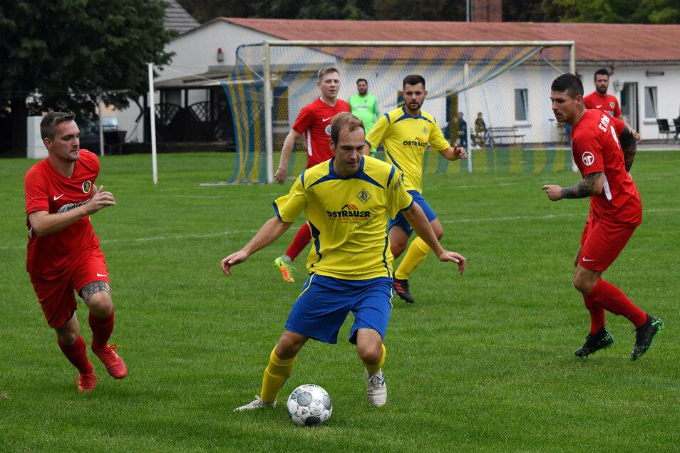 Die Fußballer des SV Ostrau siegten gegen den SC Partheland klar mit 5:0. In dieser Szene beschäftigt Ostraus Lukas Bauer (m.) gleich zwei gegnerische Spieler.