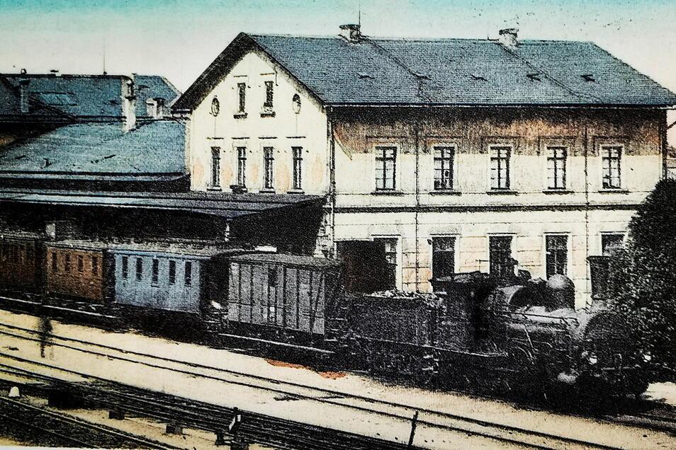 Der Bahnhof Kamenz um die Jahrhundertwende mit einem bereit stehenden Personenzug Richtung Dresden.