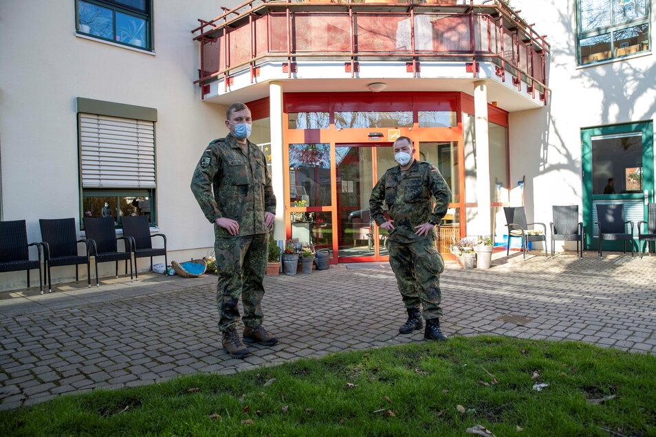 Zwei von vier Soldaten, die bisher dafür sorgen, dass das Testen im Graupaer Pflegeheim problemlos läuft.