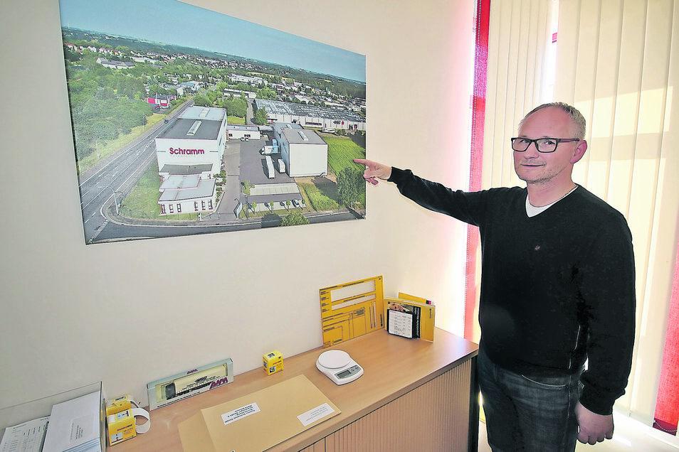 Uwe Graeber, Prokurist der Firma Schramm Verpackung zeigt die Fläche, um die das Unternehmen erweitert werden soll.
