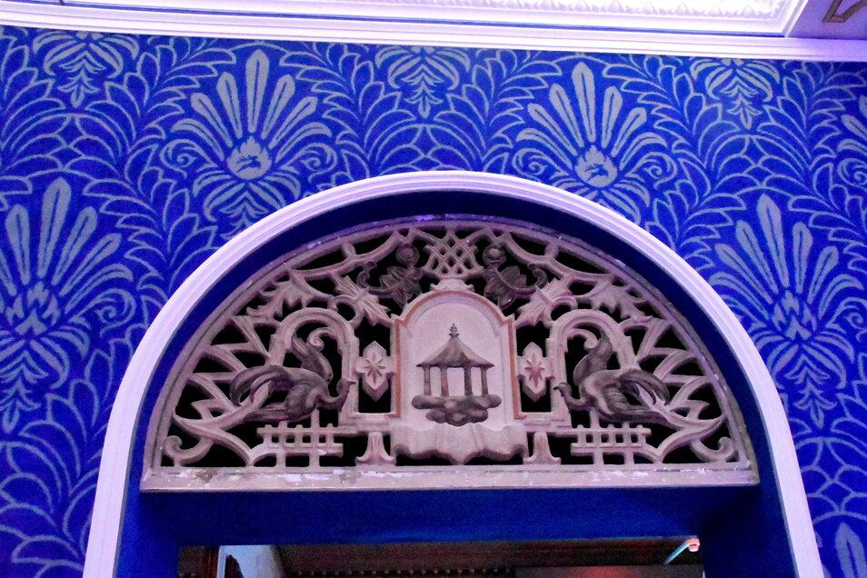 Die Verzierungen über den Türen im Blauen Salon.