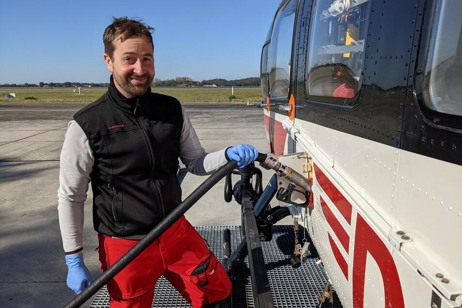 Höchste Zeit für neuen Treibstoff: Pilot Pascal Roth befüllt seine Maschine an der zum Stützpunkt gehörenden Zapfstelle.