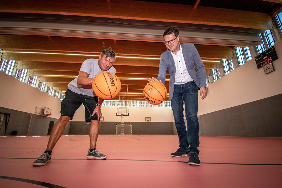 Hausmeister Frank Finke und Oberbürgermeister Sven Liebhauser (von links) testen die neuen Basketbälle schon mal aus.