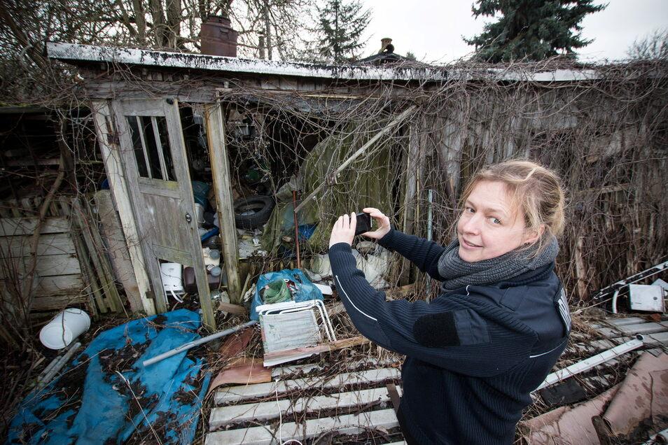 Roßweins Ordnungsamtsleiterin Kristina Gebhardt kann mit neuer Technik ab sofort Ordnungswidrigkeiten aufnehmen, die über den ruhenden Verkehr hinausgehen. Dazu gehört auch diese illegale Müllkippe, die sich an einem Gartengrundstück entwickelt hat.
