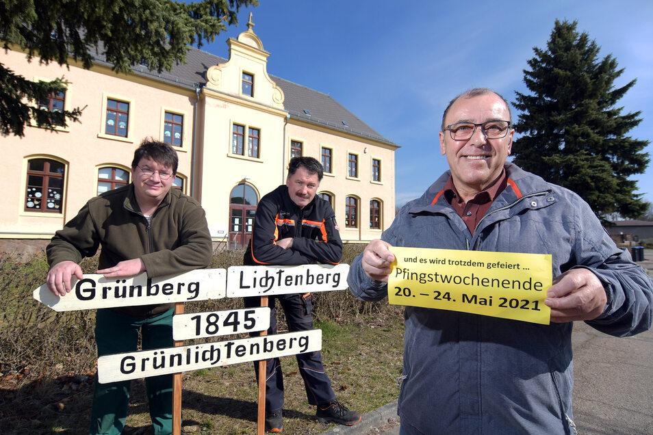 Michael Kreskowsky, Sven Förster und Udo Seidel (von links) vom Festausschuss zeigen es deutlich: Die Feierlichkeiten zum 175. Geburtstag von Grünlichtenberg werden um ein Jahr verschoben.