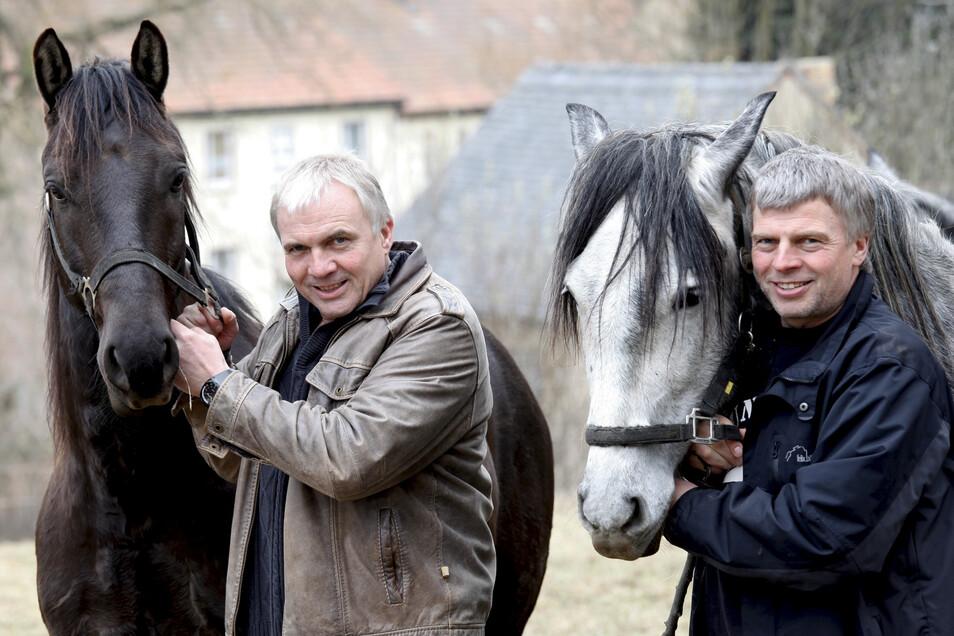 Ein Bild aus glücklichen Tagen: Die Brüder Holger (links) und Mario Kahl aus Großschönau mit ihren Pferden. Die beiden haben die Oybiner Ritterspiele aus der Taufe gehoben und 20 Jahre organisiert. Mario Kahl ist mit 57 Jahren im Frühjahr verstorben.