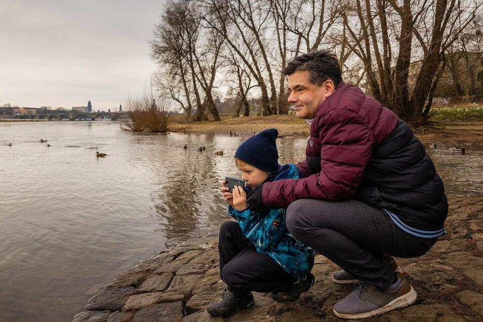 Thilo Alexe ist Redakteur bei der Sächsischen Zeitung. Sein Sohn Moritz ist jetzt oft dabei, während sein Papa Videokonferenzen hat.