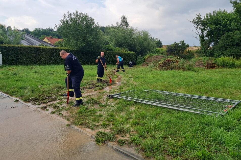 Unwetter-Einsatz: In Neunickritz hatte sich eine Schlammlawine vom Feld auf ein Grundstück ergossen.