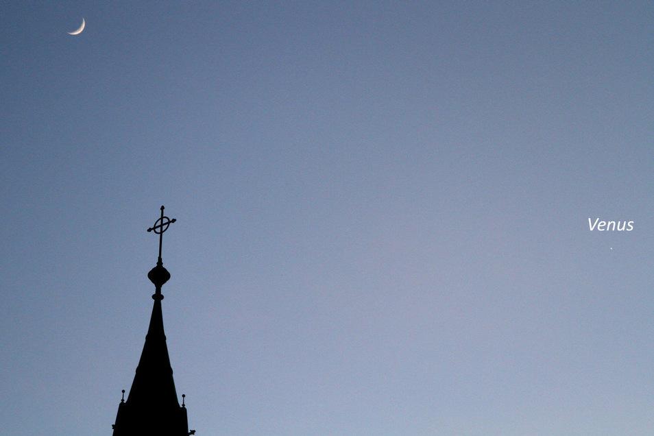 Links der Mond, rechts die Venus - und dazwischen der Turm der Riesaer Trinitatiskirche. Diese Ansicht bot sich am 26. und am 27. April.