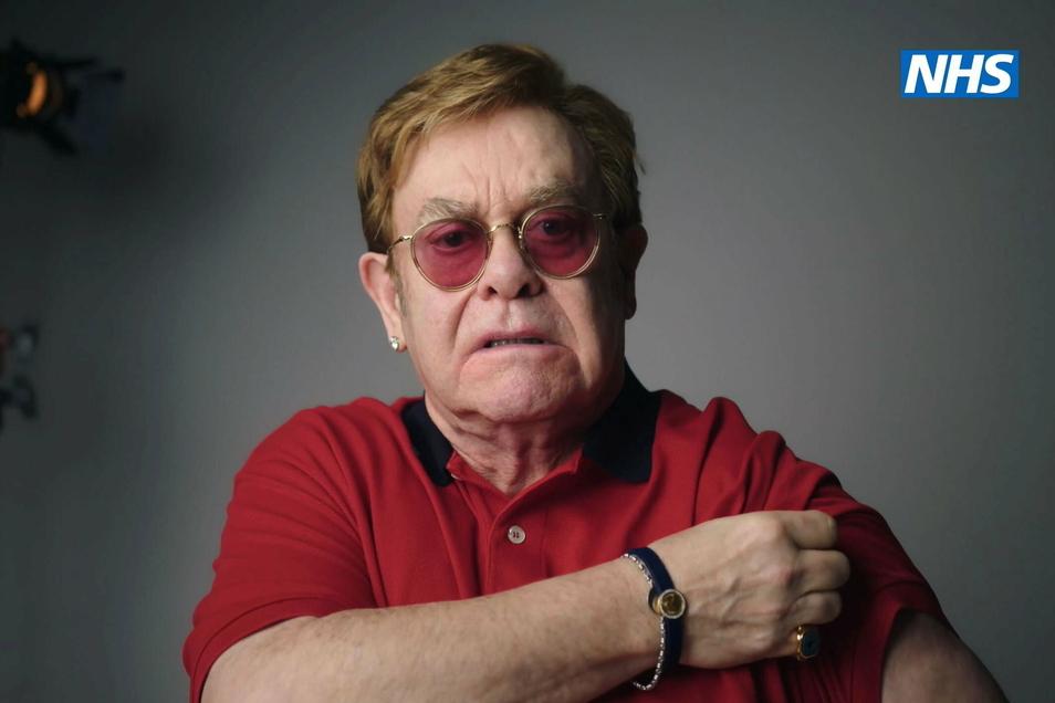 Musiker Elton John tritt zusammen mit Schauspieler Michael Caine in einem Video auf, das die Menschen dazu ermutigen soll, sich gegen das Coronavirus impfen zu lassen.