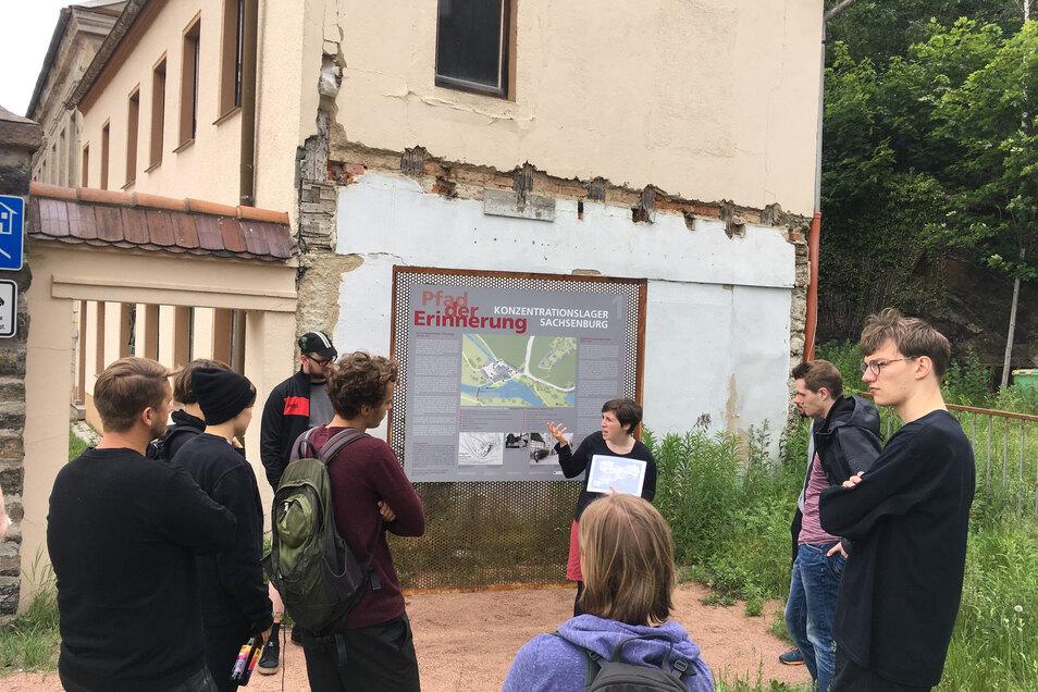 Eine 15-köpfige Gruppe des Döbelner Treibhaus-Vereins ließ sich von Geschichtslehrerin Anna Schüller (hinten Mitte) über das Gelände des ehemaligen Konzentrationslagers führen.