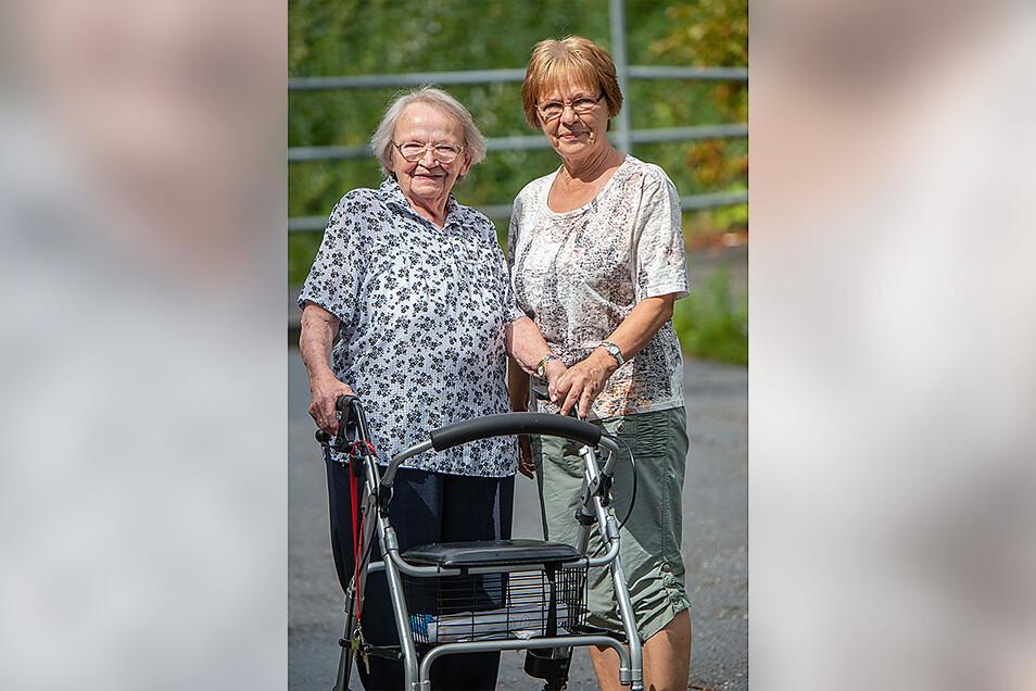 Brigitte Otto und ihre Mutter Klara Kristof vor dem Senterra Pflegezentrum in Chemnitz.