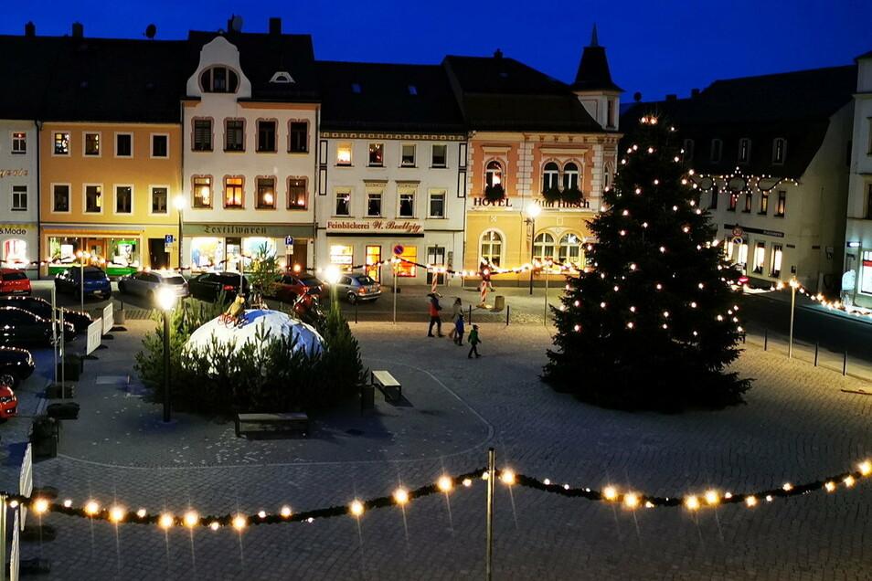 Der Radeburger Markt und die angrenzenden Straßen sind weihnachtlich geschmückt. Die dortigen Geschäfte haben am 12. Dezember noch einmal länger geöffnet.