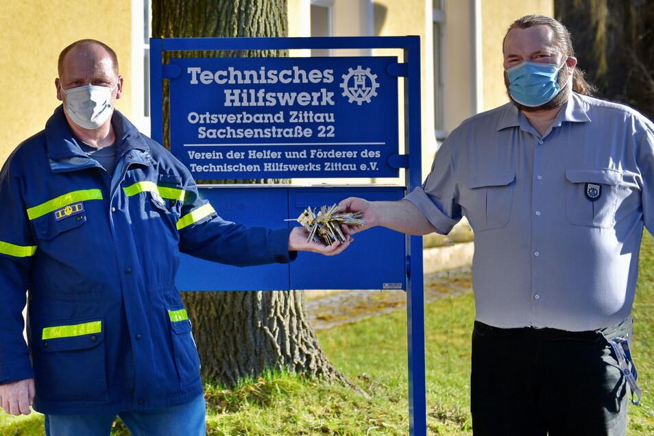 Schlüsselübergabe: Volker Geißler (links) übernimmt den Chefposten beim THW Zittau von Ronald Szczuka.