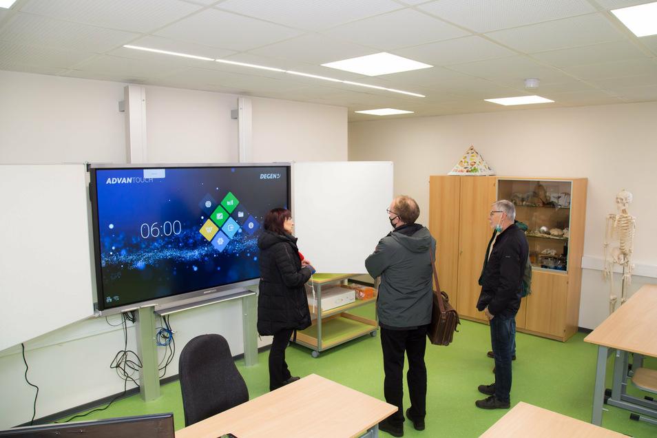 Alle drei neuen Fachkabinette haben jetzt auch interaktive Wandtafeln. Auch die übrigen Unterrichtsräume sollen in nächster Zeit damit ausgerüstet werden. So verschwindet nach und nach die Kreide vom Lehrerpult.
