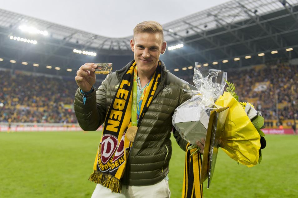Karl Schulze zeigt seinen Mitgliedsausweis von Dynamo Dresden.