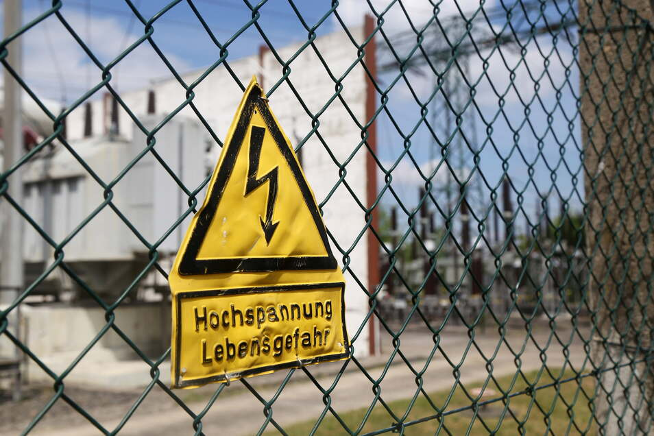 Blick ins Umspannwerk in Gröba. Weil es an der zentralen Einspeisung ins Stadtwerke-Netz eine Störung gab, war Riesa Montagnacht zeitweise ohne Strom.