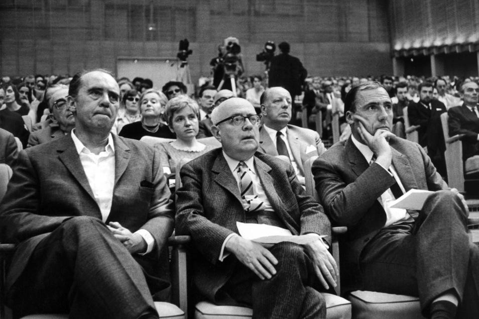Inmitten von Intellektuellen: Theodor W. Adorno (Mitte), Heinrich Böll (links) und der Verleger Siegfried Unseld bei einem Vortrag 1968.