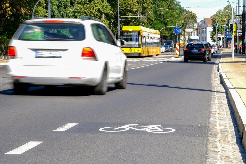 Der Schutzstreifen für Radfahrer endet hier abrupt