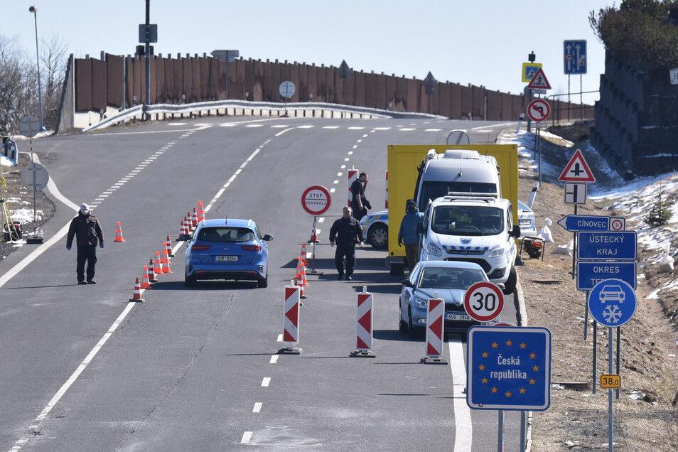 Polizei und Militär überwachen die Grenze auf tschechischer Seite wie hier zwischen Zinnwald und Cinovec.