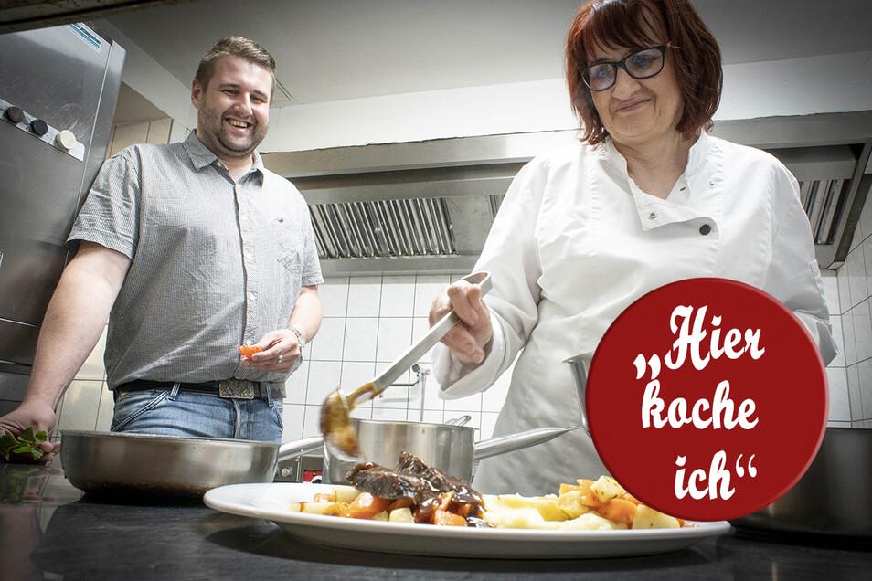 Die Gastleute des Schwedensteins Simone und Silvio Fischer kochen sich ihre Spezialität: Ochsenbäckchen. Sie hoffen, bald auch wieder Gäste bewirten zu können.