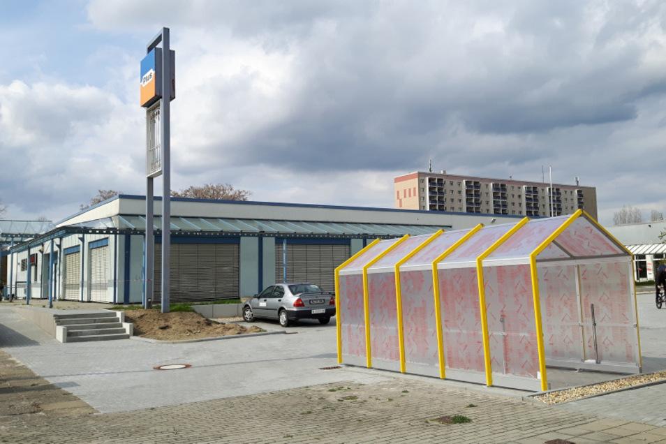 """Parkplätze sind gebaut. Auch ein Unterstand für Einkaufswagen steht bereits. Voraussichtlich im Juni soll in der """"Kühnichter Heide"""" ein Discounter öffnen."""