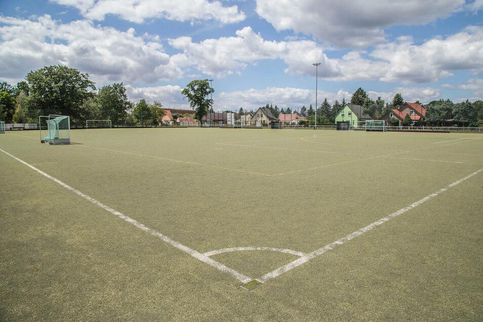 Der Kunstrasen auf dem Jahnsportplatz in Niesky hat nach zwölf Jahren ausgedient. In den nächsten drei Monaten soll ein neuer Belag verlegt werden.