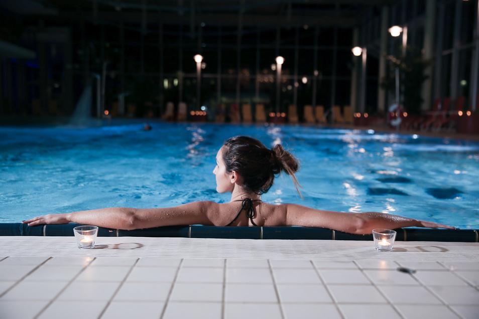 Schwimmen bei Kerzenschein gehört zu den besonderen Highlights in der Vorweihnachtszeit.