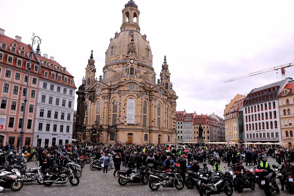Rund 200 Motorradfahrer demonstrierten laut der Polizei auf dem Neumarkt.